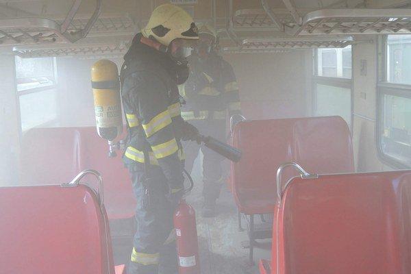 Zadymený vozeň. Pre košických hasičov sú tieto zásahy novinkou.