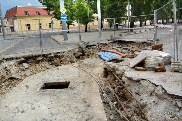 Provizórium pri Angels aréne. Na výmenu potrubia teraz okrem vodičov doplatia aj obyvatelia blízkych ulíc.
