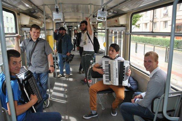 Hudba v električke. Na ľudovú nôtu zahrali Lukáš Kopačka (vľavo) i Marek Haluška a zaspieval Jožko Mišenko.