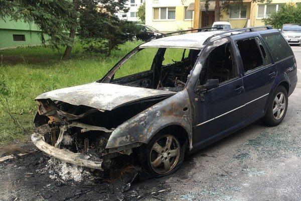 Ráno po požiari. Auto je úplne zhorené.