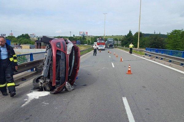 Hrozivá nehoda. Našťastie sa pri nej nikto vážne nezranil.