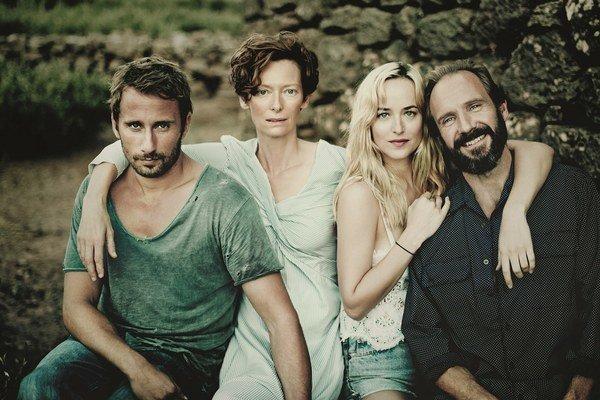 Oslnení slnkom. Vo filme hrajú fešák Fiennes aj nová star Dakota Johnosn.