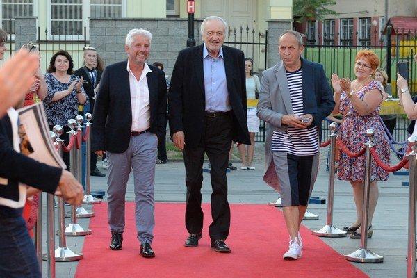 Sprava moderátor Jan Kraus, prezident festivalu Art Film Festu Milan Lasica a generálny manažér festivalu Rudolf Biermann prichádzajä na slávnostné otvorenie 24. ročníka Medzinárodného filmového festivalu Art Film Fest.