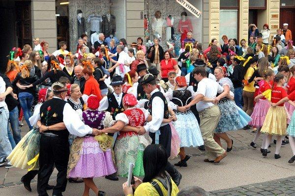 Podarí sa prekonať doterajší rekord v tancovaní karičky? Organizátori veria, že áno.