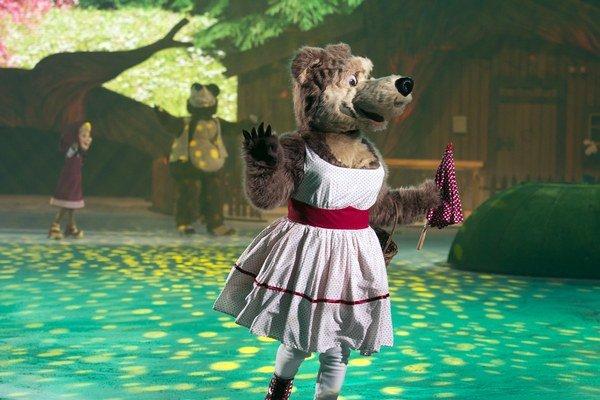 """Zamilovaná medvedica. Hlas medvedice, ktorá dvorí medveďovi, prepožičala slovenská herečka Lucia Vráblicová. """"Postavu v ľadovej šou dabujem prvýkrát. Musím dávať pozor na to, aby som hovorila výrazne a pomaly, aby mi deti, ale aj dospeláci dobre rozumeli,"""