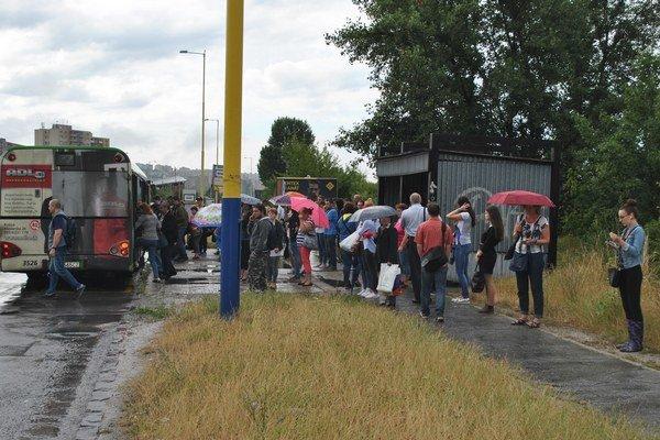 Preplnená zastávka. Zmena organizácie dopravy ovplyvnila aj trasy liniek MHD.