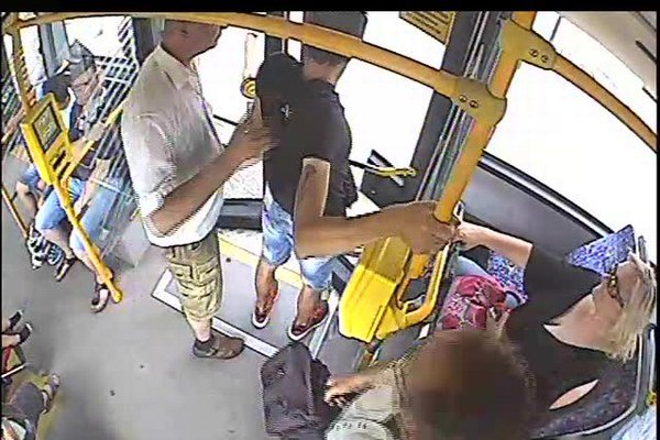 Muž v bielej košeli vystrčil páchateľa (v čiernom tričku) z autobusu.