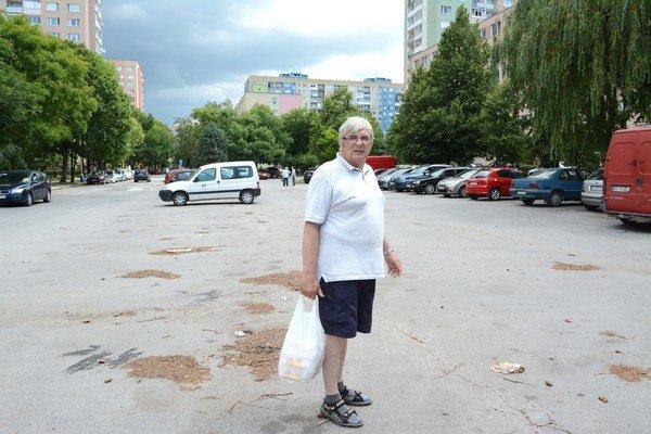 """""""Už môžem tancovať na parkovisku"""". Takto hodnotí rezident Jozef Kravec novú situáciu na Palárikovej ulici, kde žije 40 rokov. """"Parkoval tu kde-kto, zamestnanci z Auparku, Nekošičania."""" Čaká už len, že o dva roky ako 70-ročný zaplatí za rezidentskú kartu 5"""