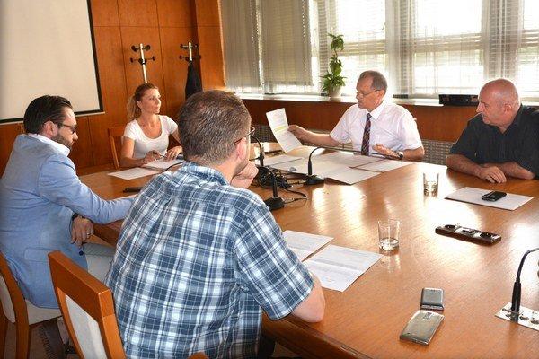 Rokovanie komisie. Poslanci rozhodli, že rozhodovať nemôžu.