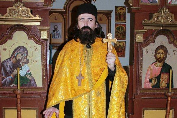 Peter Savčák. Duchovný  s krížikom v ruke, ktorý zhotovil ľudový rezbár a klient Zariadenia  pre seniorov v Nižnej Polianke Ján Reviľák.