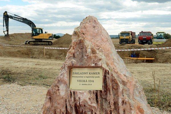 Základný kameň priemyselného parku vo Veľkej Ide v roku 2013. Odvtedy sa tam etablovali viacerí investori, IEE Sensing Slovakia chce rozšíriť výrobu.