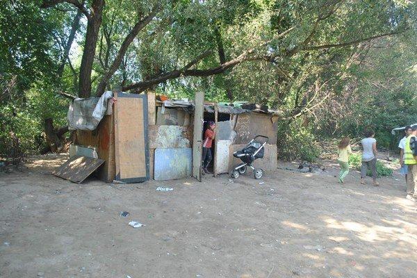 """""""Suterén biedy"""". Asi dve tretiny obyvateľov osady tvoria deti."""