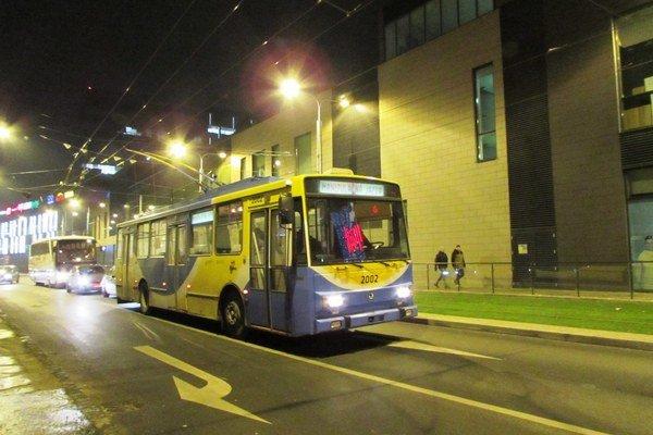 Trolejbus v uliciach. Naposledy ho mohli Košičania zazrieť na chvíľu iba počas skúšobnej jazdy 15. decembra.