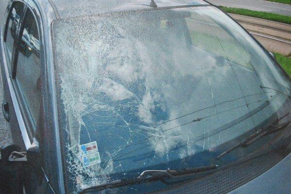 Čelné sklo Fordu Focus. Chodec doň narazil hlavou.