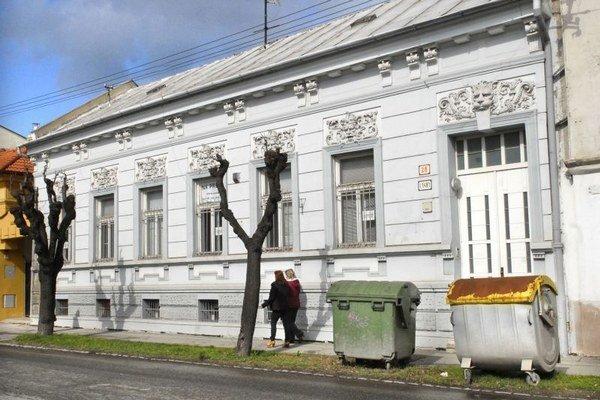 Dom na Svätoplukovej. Minimálna kúpna cena je 200-tisíc eur.