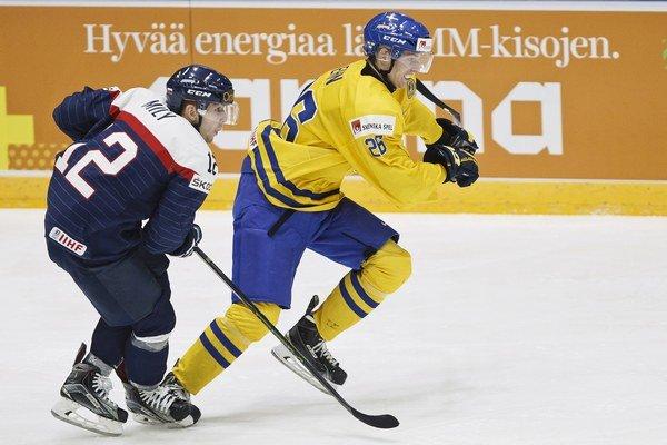 Na juniorských MS si zahral v prvom útoku. J. Milého (vľavo) bude zápas so Švédmi dlho mrzieť.