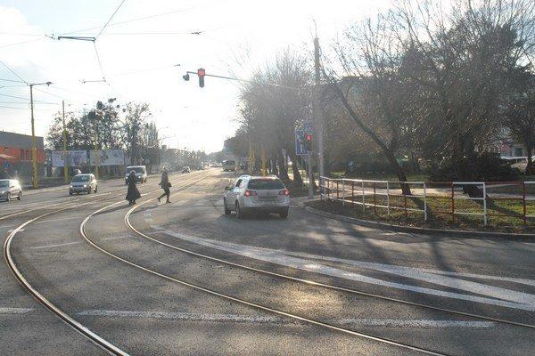 Z Triedy SNP prejdú autá na zelenú... ...po pár metroch ich čaká na Bardejovskej ďalší semafor – s červenou.