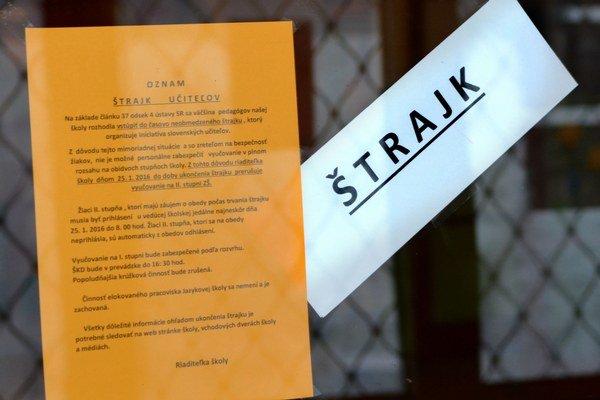 Štrajk. Takéto nápisy upozorňujú rodičov na štrajk na vstupných dverách viacerých škôl.