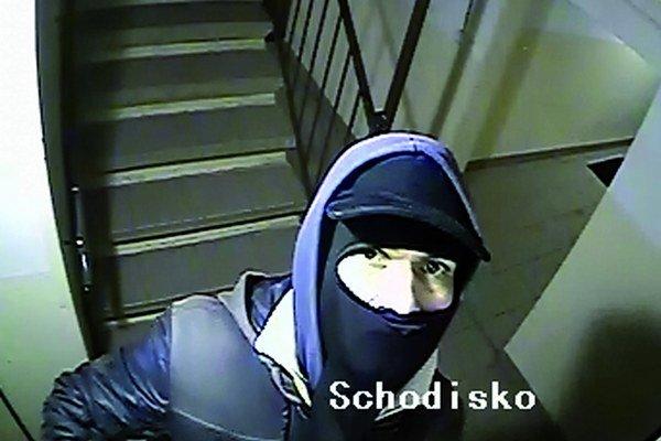 Spoznali ste ho? Tento čiastočne maskovaný zlodej ukradol na Rožňavskej tri kamery.