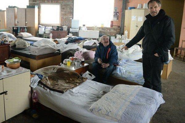 Na snímke izba bezdomovcov, vpravo riaditeľ a rímskokatolícky kňaz Peter Gombita.