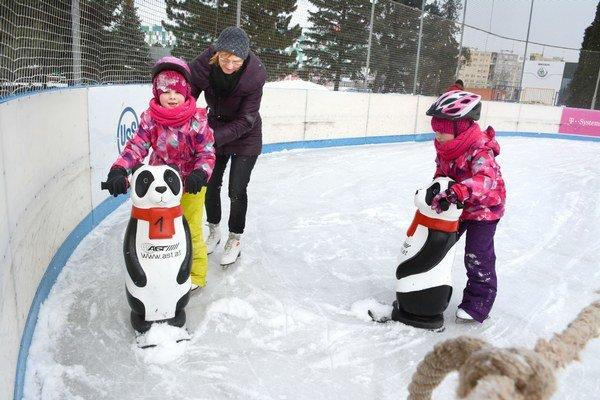 S pomôckami. Najmenších držali na ľade rôzne zlepšováky.