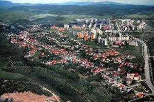 Letecký pohľad na Myslavu, v pozadí Sídlisko KVP.