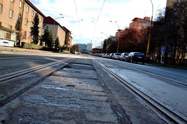 Zničená trať. Meniť sa budú koľajnice aj na B. Němcovej.