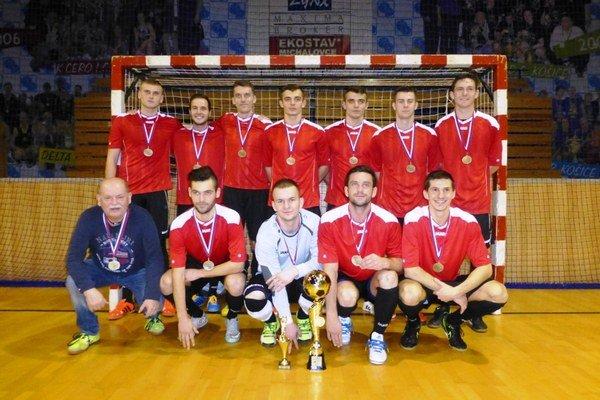 Víťazné mužstvo futsalistov. Odniesli si trofej i medaily.