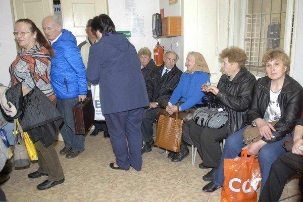 Preplnené pracoviská DPMK. Nával seniorov kvôli vybavovaniu mestských kariet zažili pred dvomi rokmi.