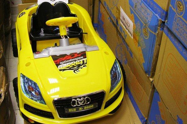 Každá hračka musí byť pri dovoze označená údajmi o výrobcovi aj dovozcovi formou ich úplných adries a údajmi identifikujúcimi hračku.
