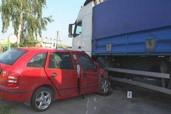 Škodovka narazila do kamióna. Zdanlivo banálna nehoda si vyžiadala jednu obeť.