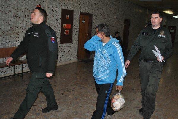 Stanislav s eskortou. Zo súdu ho odviedli do väznice.