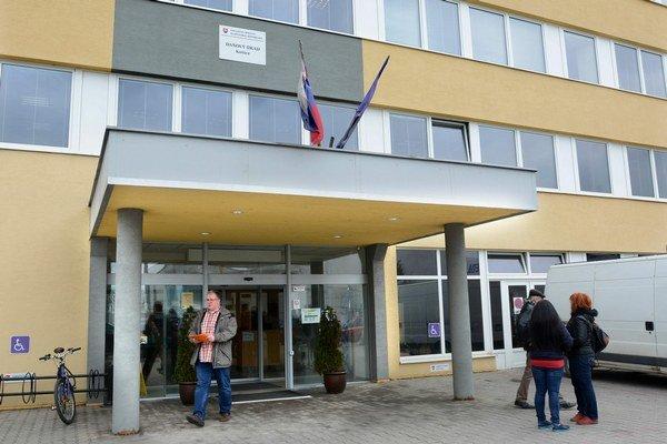 Daňový úrad v Košiciach. Včera tam prevládali daňováčky nad klientmi, pomery sa budú meniť.