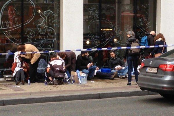 Na videosnímke ľudia počas ošetrenia po výbuchu v stanici metra v Bruseli.