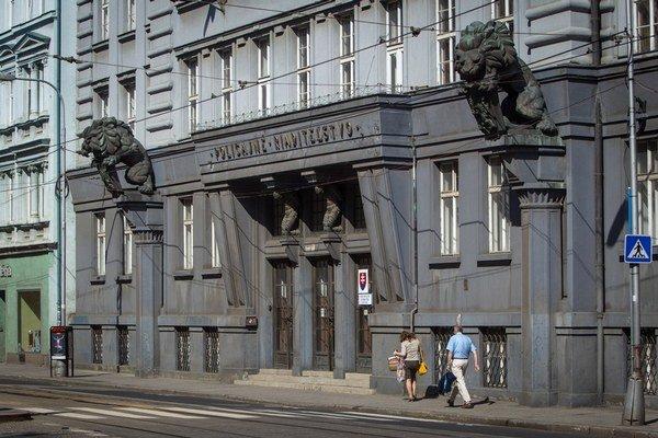 Umeleckým dielom sú aj dva levy na budove policajného riaditeľstva v Bratislave.