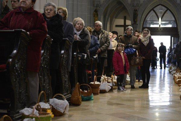 Veľkonočná tradícia. Kostol sa zaplnil do posledného miesta.