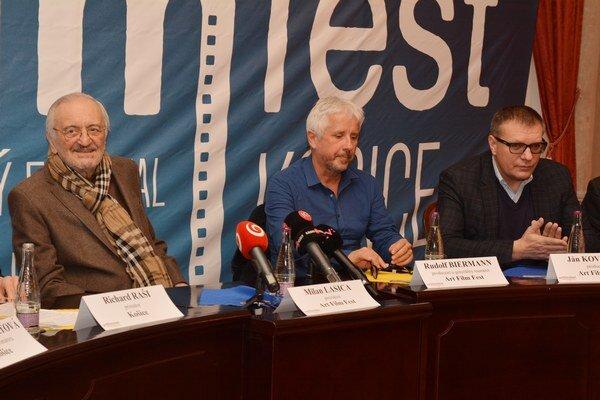 Organizátori sú zatiaľ spokojní. Rudolf Biermann (uprostred), čestný prezident festivalu Milan Lasica a producent Ján Kováčik si prípravy v Košiciach pochvaľujú.