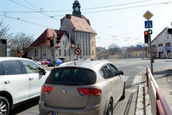 Situácia na križovatke. Fungujúce semafory možno niektorých vodičov prekvapili.