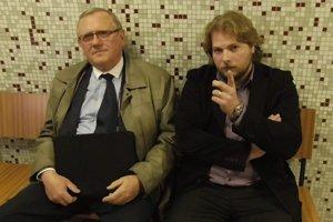 Jenča (vpravo) s advokátom. Vyjadriť sa včera odmietol.