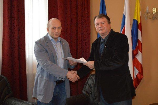 (Bývalí) nepriatelia? Takto starosta Grega (vpravo) uviedol 1. apríla do funkcie svojho dnes už len druhého exzástupcu Djordjeviča.