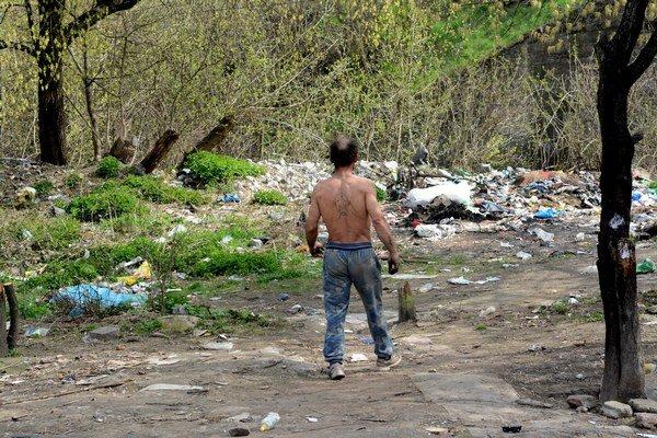 Haldy odpadu. Neporiadok v okolí nie je jediným problémom nelegálnej osady.