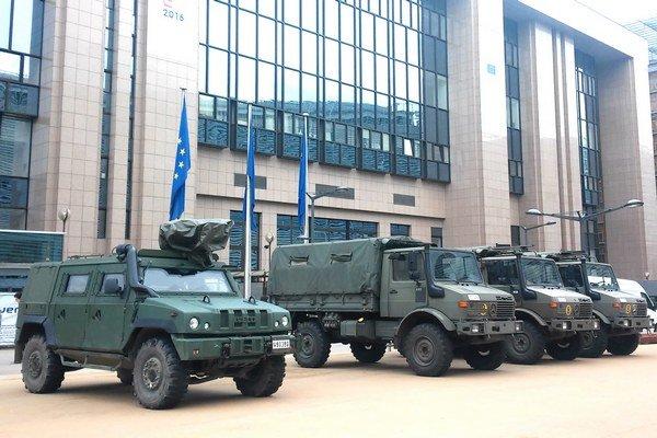 Vojenské vozidlá. Sú znakom bezpečnostných opatrení.