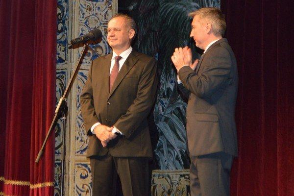 Prezident na javisku. S riaditeľom divadla P. Himičom si pozreli premiéru.