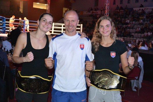 Šampiónky z Prahy. Vľavo Veronika Cmárová, vpravo Lucia, a medzi nimi Peter Onuščák.