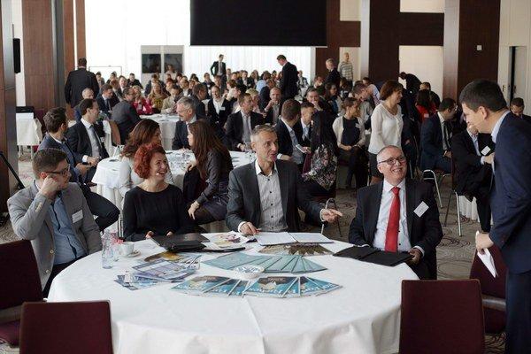 Užitočná konferencia. Šéf Forbesu Juraj Porubský (vpravo) diskutuje s predstaviteľmi mesta a KSK.