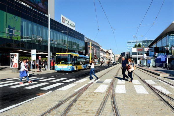 Komunikácia medzi OC Aupark a hotelom Gloria Palace. Autobus sa blížil k zastávke, cestu mu skrížilo BMW.