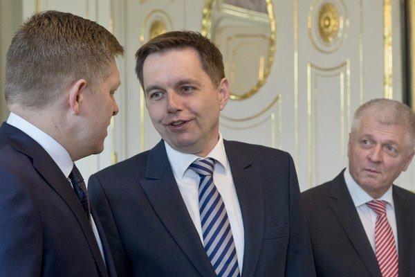 Minister financií Peter Kažimír (v strede) dnes od prezidenta prevzal poverenie na riadenie ministerstva hospodárstva.