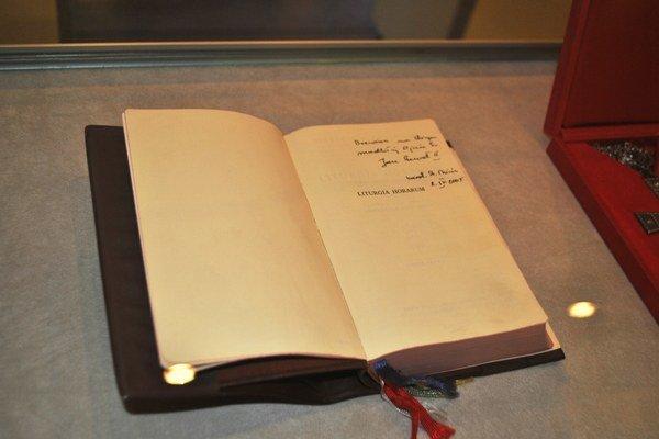 Breviár (liturgická knižka). Je zrejme najvzácnejšou relikviou výstavy, pretože pápež sa z tejto modlitebnej knižky modlil aj v posledné dni na zemi.