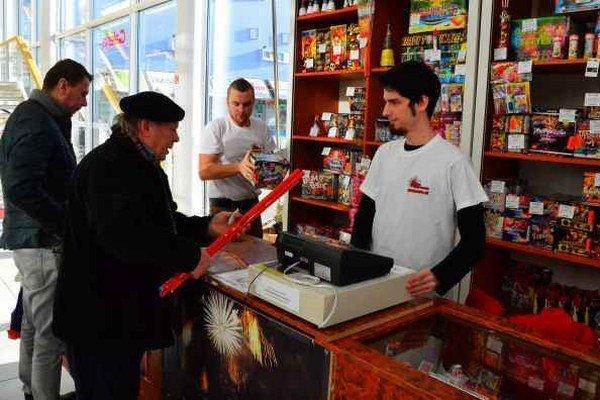 Kupujú mladí aj starší. Rímske sviece idú na dračku.