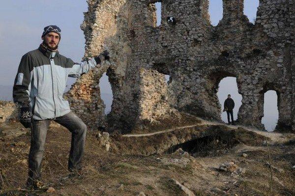 Na snímke vľavo predseda OZ Castrum Thorma archeológ Martin Kubo plánuje spolu s členmi OZ a dobrovoľníkmi zorganizovať ďalšie brigády na čistenie areálu hradu.